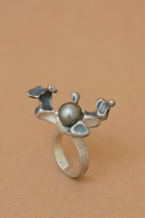"Ring ""Coral Embrace"" with tahiti pearl"