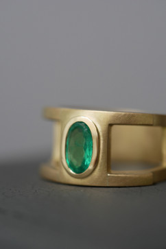 TUKOA-Männerring aus Gelbgold & Smaragd.