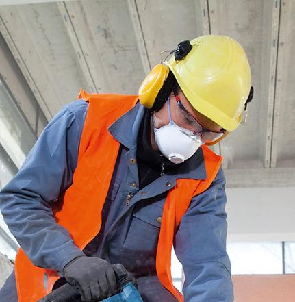 funcionário com óculos de proteção/segurança, com grau