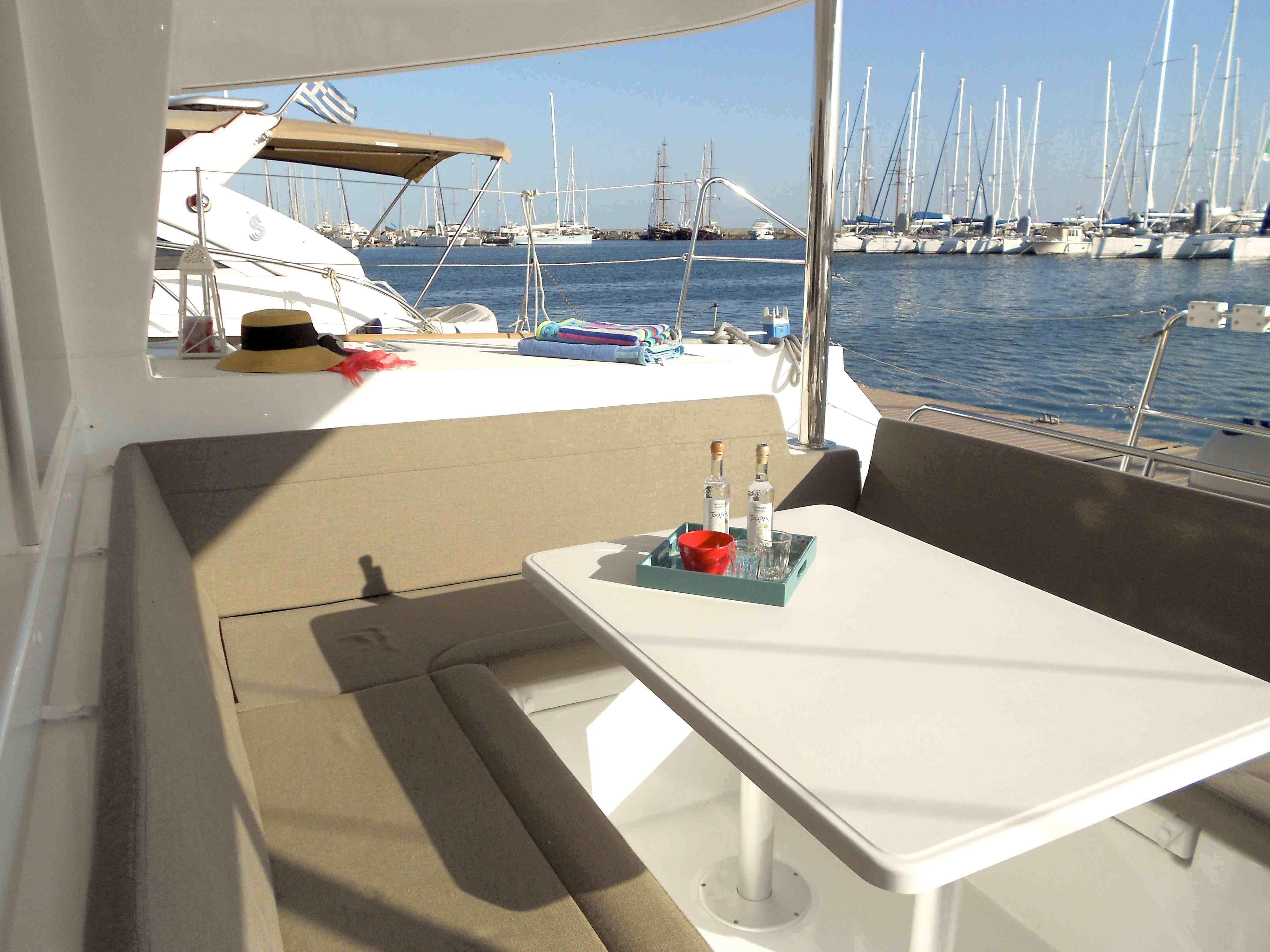 Christal Sailing | le coin repas du catamaran