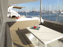 Christal Sailing   le coin repas du catamaran