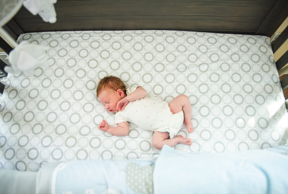 lifstyle newborn photography baby in crib