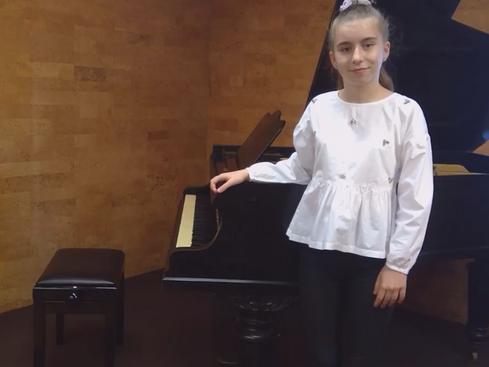 Ionela Ostafeiciuc obtém 3º lugar em concurso Internacional Piano - Bulgária