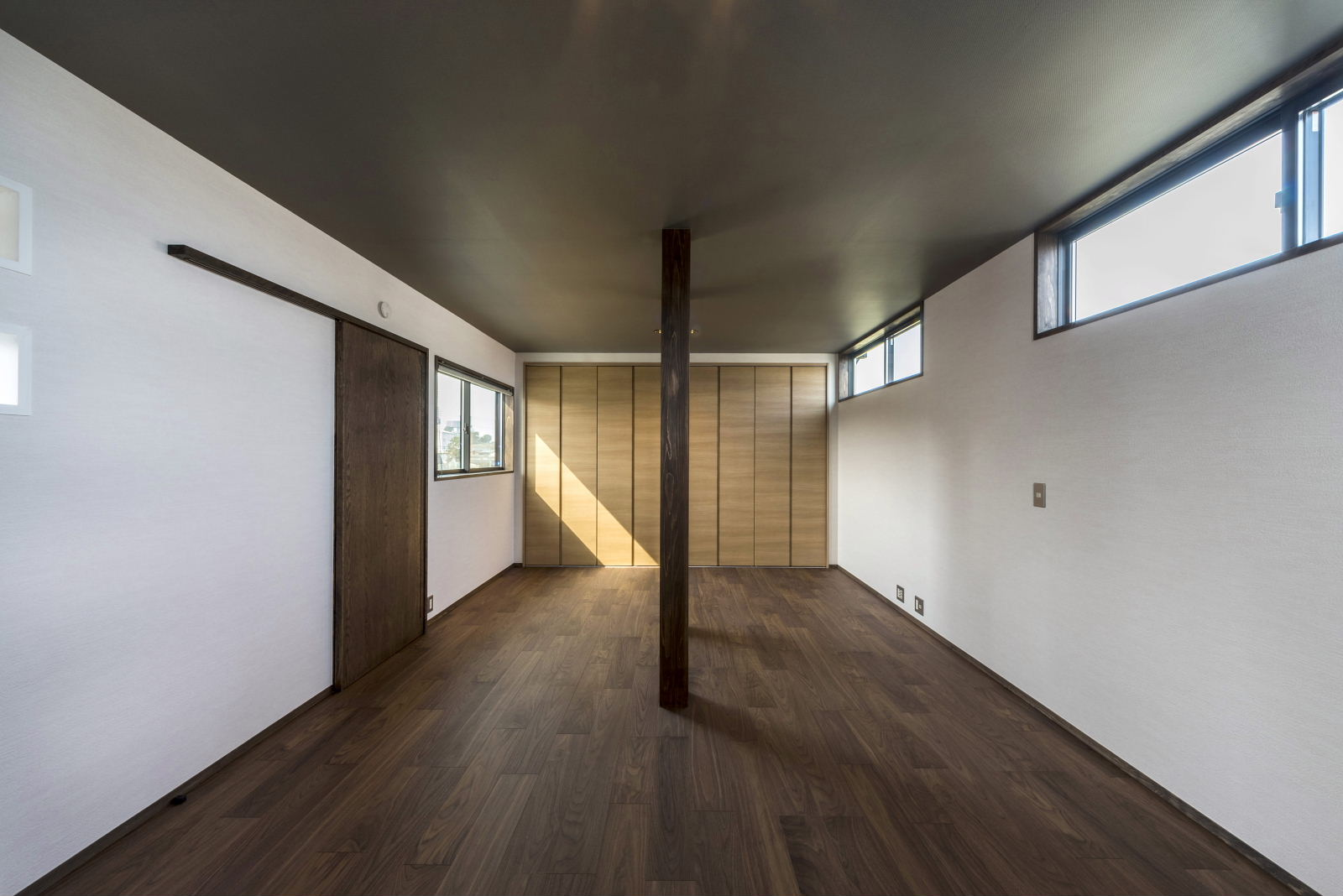 2階 洋 室