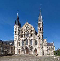 Basilique_Saint-Remi_de_Reims_Exterior_1