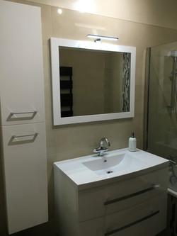 Salle de bains et rangements.
