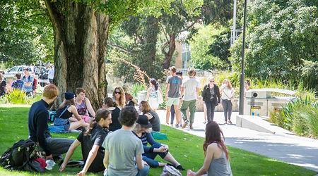 Остров Тасмания уникально расположен, чтобы предложить настоящий австралийский опыт международному студенту. Штат является исключительно англоязычным и имеет традиционную австралийскую культуру. Остров расположен в менее чем в двух часах езды от Сиднея и менее чем в часе езды от Мельбурна, Тасмания известна своими дружелюбными, гостеприимными людьми, приятным умеренным климатом, легким доступом к дикой природе и наследию наряду с космополитическим образом жизни и сильной культурой.  Два кампуса университета расположены в Хобарте и Лонсестоне, и несут в себе яркую и уникальную среду обучения с инфраструктурой мирового класса, небольшими классами для обеспечения качества обучения и тесных взаимоотношений между студентами и академическим персоналом.