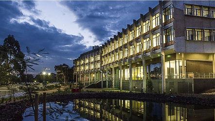 La Trobe имеет шесть кампусов в юго-восточном австралийском штате Виктория и один в центре Сиднея. Главный кампус, в котором учатся многие международные студенты, расположен в Мельбурне, находится недалеко от центра и является одним из самых красивых в стране. Он расположен на 267 гектарах и располагает парковой зоной, водными путями и заповедником.  На кампусе для студентов доступны все современные объекты, в том числе 5-этажный пятизвездочный проект Sylvia Walton Building на кампусе в Мельбурне стоимость 45 млн. австралийских долларов, который предоставляет широкий спектр возможностей для иностранных студентов, а также имеет высокотехничный Центр агробиологии стоимостью 288 млн. австралийских долларов.  Для международных студентов доступны варианты размещения на кампусе в студенческих городках Мельбурн, Бендиго и Олбери-Водонга. Они включают в себя колледжи, домики, апартаменты и юниты, а также самостоятельные дома.