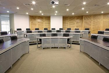UNSW, расположенный в восточном пригороде, находится всего в нескольких минутах от города и легко доступен от Центрального железнодорожного вокзала и других крупных транспортных узлов. Главный кампус расположен на участке площадью 38 гектаров в Кенсингтоне, в семи километрах от центра Сиднея, занимающего 9-ое место в мире как лучший студенческий городок. Другие кампусы - это UNSW Art & Design (Paddington) и UNSW Canberra в ADFA (Австралийская академия обороны). Кроме Сиднея, у UNSW есть кампус в Канберре, который насчитывает 8 факультетов – Арт и Дизайн; Искусство и Социальные науки; Департамент по работе с окружающей средой; Школа бизнеса; Инжиниринг; Школа юриспруденции; Факультет Медицины; и Факультет Естественных науки. Для студентов доступен широкий спектр программ бакалавра и магистратуры.
