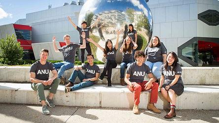 Главный кампус Australian National University расположен на 145 гектарах в центре столицы Австралии Канберры. Для студентов доступны различные варианты проживания на кампусе, современных лаборатории и лекционные театры, а также пять студенческих библиотек.