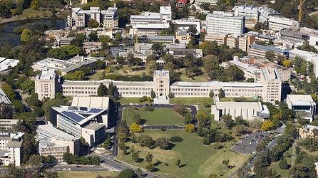 Университет Квинсленда располагает кампусами в Сент-Люсии, Херстоне и Гамтоне. Все три представляют отличное место для учебы, встречи с новыми друзьями, участия в спортивных и культурных мероприятиях или просто отдыха в разнообразной и гостеприимной обстановке. Расположение UQ в столице Квинсленда в Брисбене идеально подходит для учебы и проживания. Для студентов доступны бесплатные и доступные академические и персональные службы поддержки, которые помогут вам с размещением и наслаждаться вашим пребыванием в новой атмосфере. Различные объекты, расположенные вне кампуса, включают в себя Pharmacy Australia Centre of Excellence и Translational Research Institute, морские исследовательские станции на островах Херон и Страдброк, центр исследований полезных ископаемых, станцию сейсмографа, учебные и исследовательские центры ветеринарной и сельскохозяйственной науки в Gatton, UQ Business School Downtown, исследования социальных наук в Long Pocket, а также учебные больницы, медицинские центры и другие медицинские исследовательские учреждения.