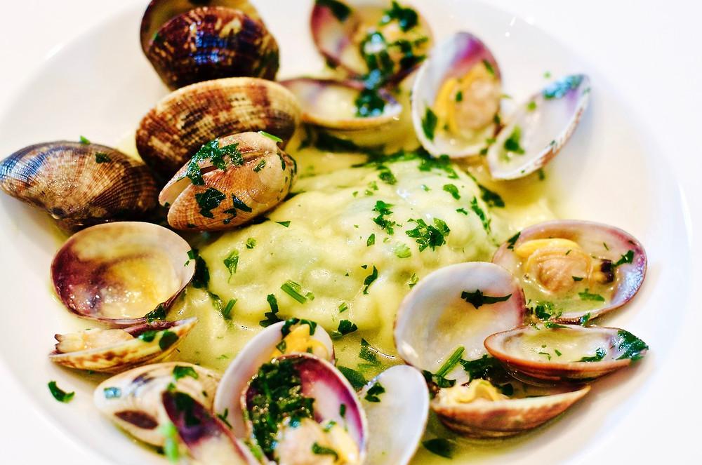 Raviolo ripieno di borragine e pesce in guazzetto di vongole - Ravioli stuffed with borage and fish in guazzetto of clams