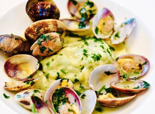 Raviolo ripieno di borragine e pesce in guazzetto di vongole - Ravioli stuffed with borage and fish