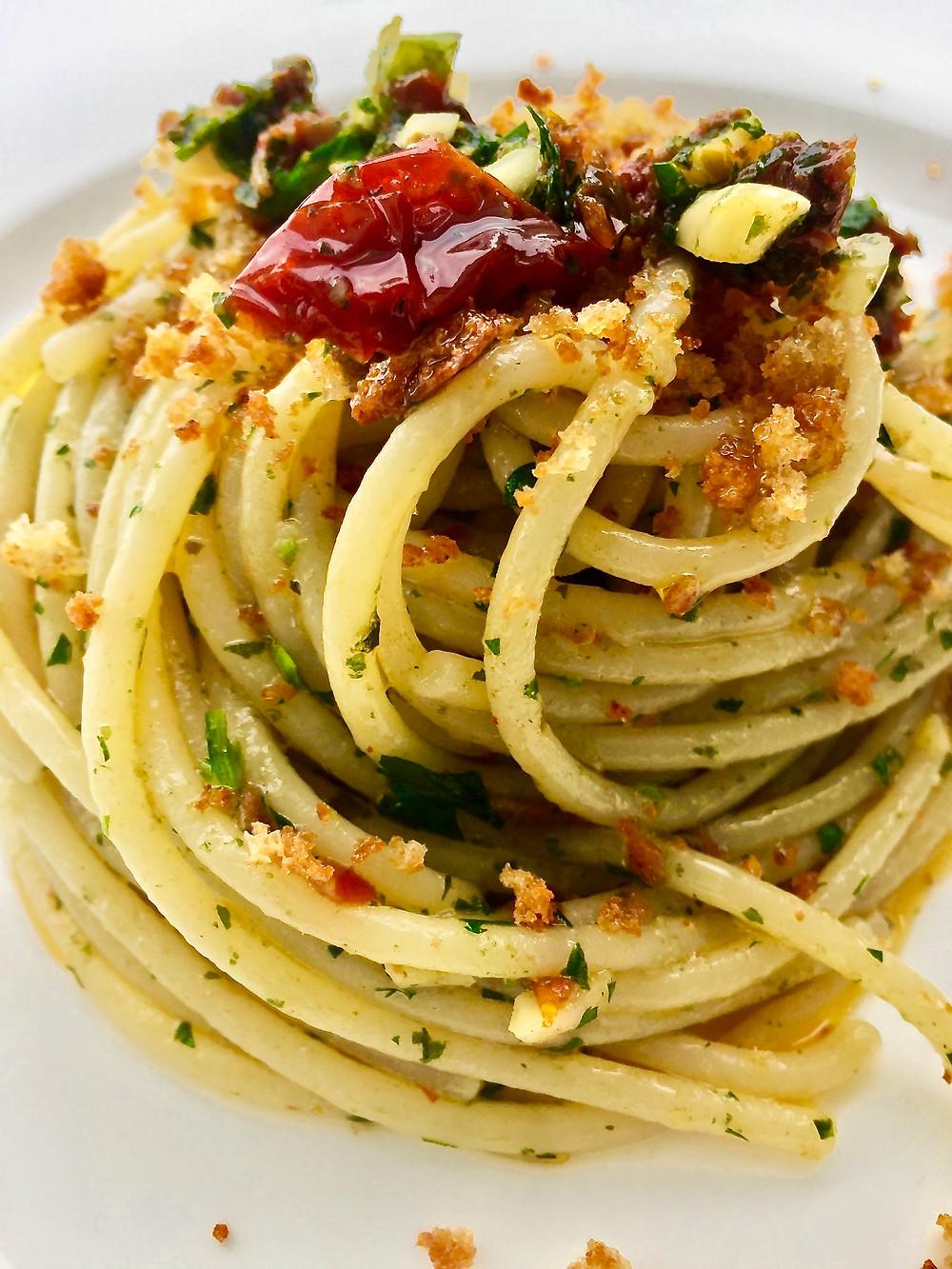 Spaghetti con pesto di ispirazione trapanese con crema di mozzarella