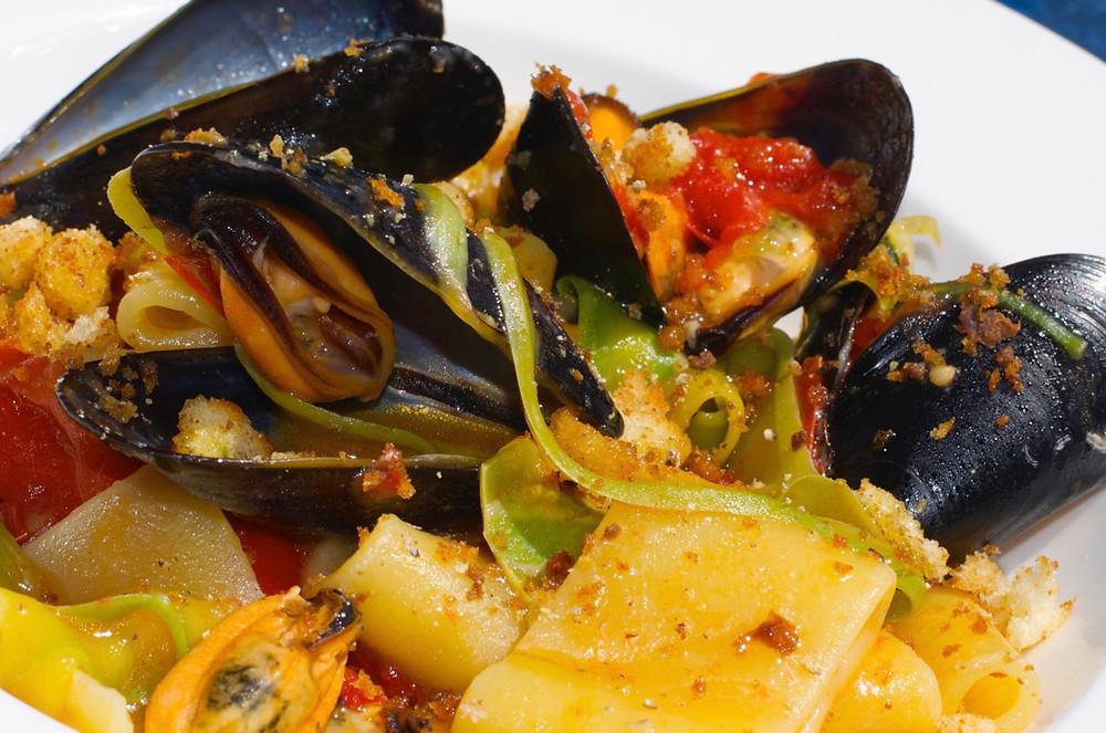 Calamarata con cozze e bottarga -Calamarata with mussels and mullet roes