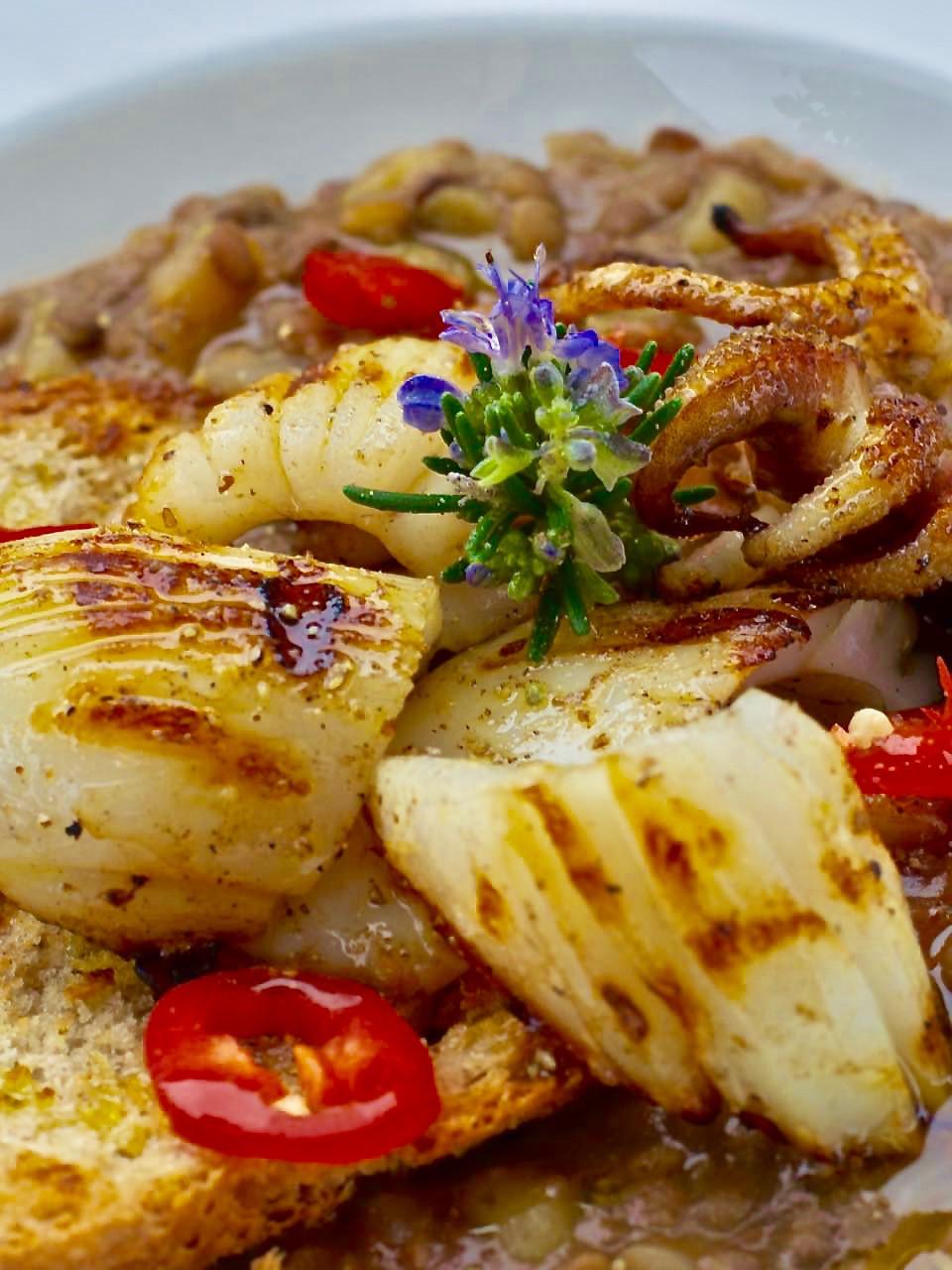 Lenticchie di Ustica con seppie alla plancia - Ustica lentils soup with Cuttlefish on a hot plate