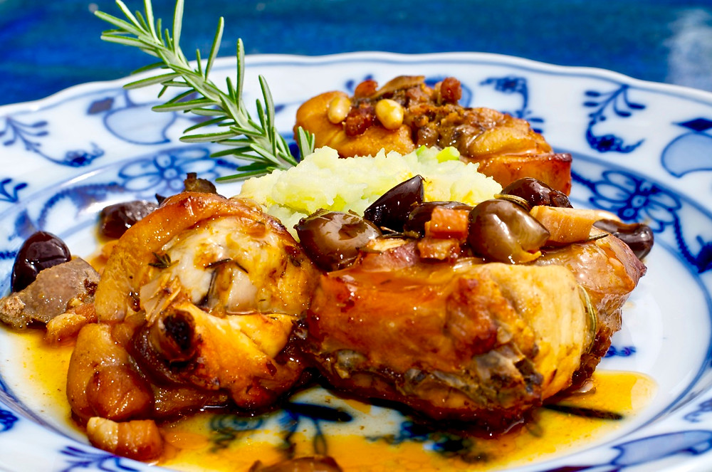 Coniglio al forno con pinoli e olive