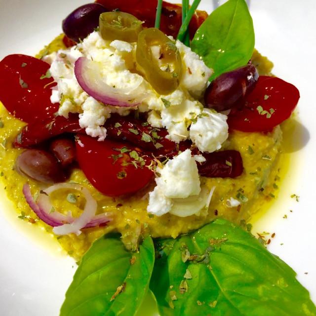 Hummus con insalata greca