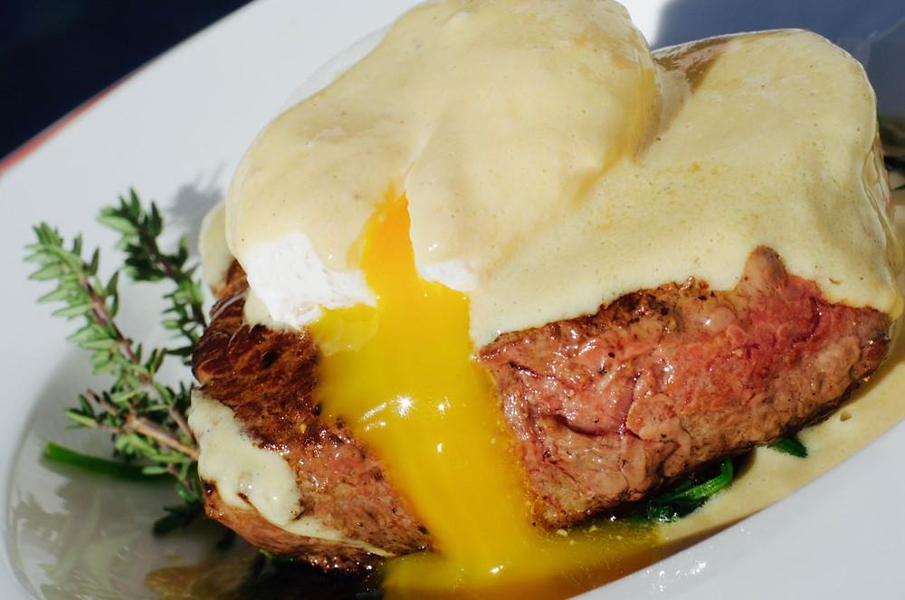Filetto con uovo in camicia, spiancini e salsa al foie gras - Fillet with poached egg, spinach and foie gras sauce