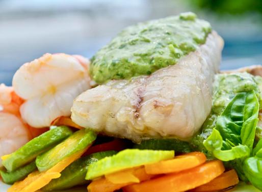 Misto di pesce spadellato con verdure e salsa cappon magro - Pan-fried fish with vegetables and capp