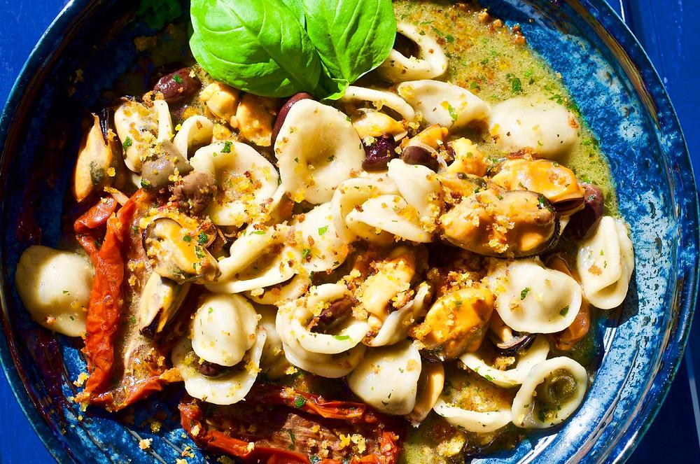 Orecchiette pugliesi con cozze e pomodori secchi