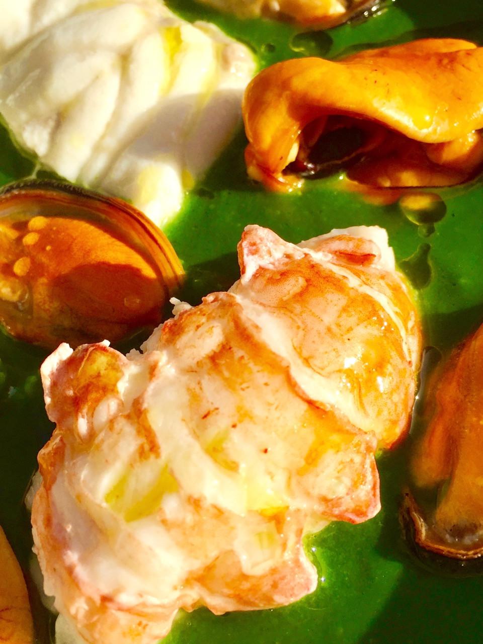 Misto di pesce bollito su vellutata di spinaci allo zenzero - Boiled fish mixed on velvet spinach with ginger