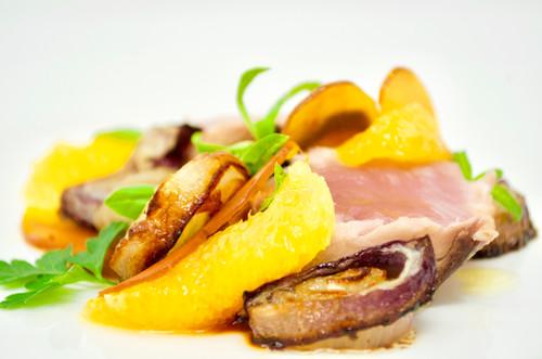 Spadino scottato con baba ganush, arance e cipolle in agrodolce cotte al forno