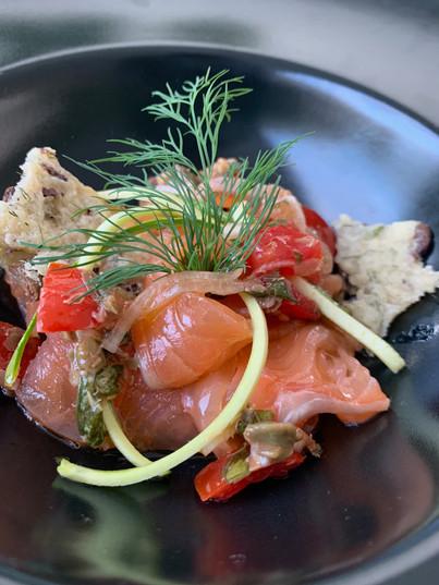 Salmone marinato con focaccina morbida alle olive taggiasche ed aneto