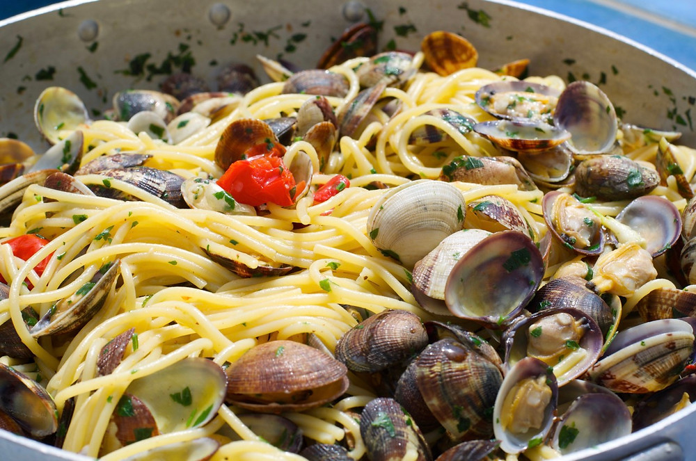 Spaghetti con le vongole, bottarga di muggine e curcuma - Spaghetti with clams, turmeric and mullet roe