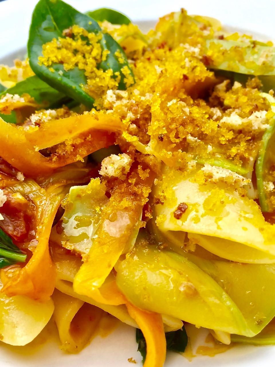 Candele con verdure croccanti, pomodorini secchi e bottarga