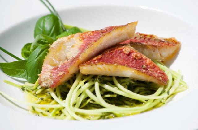 Spaghetti di zucchine alle erbette e triglie di scoglio