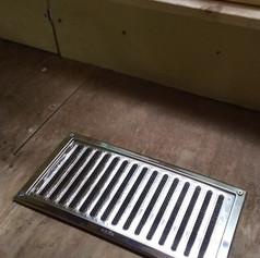 小さな床下ですが換気孔を付けることにしました。