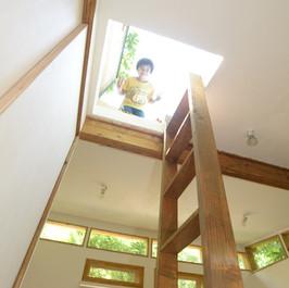 部屋からはこんな感じで上がります。 Photo by NIRAI Photo Studio