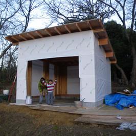 柱と屋根だけ付けて貰って、工務店の仕事はおしまい。この状態で引き渡してもらいました。