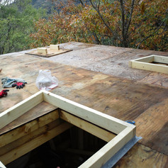 屋根にメンテ用の天窓と煙突出口を付けてます。