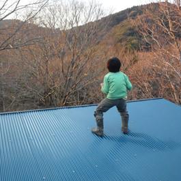 屋根の上に立つと、何だか夕日に向かって叫びたくなります。