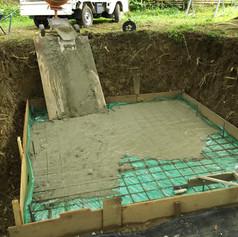 ビニールの上にコンクリートを打ってます。