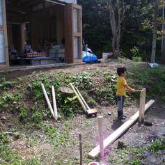整地も兼ねて、小屋の前にテラスを作ることにしました。