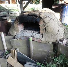 2年間頑張ってくれましたが、熱と土地が動いてしまって瓦解。場所を変えて新しい窯を作ることにする。