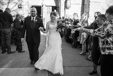 sortie d'église couple de mariés