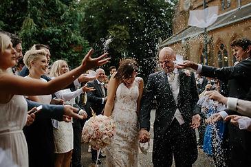 sortie d'église couple mariés
