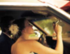 mariés dans une voiture