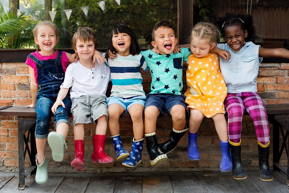 Kindergarten-kids-friends-arm-around-sit