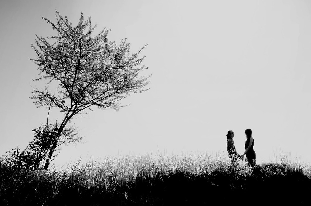 foto prewedding simple black & white