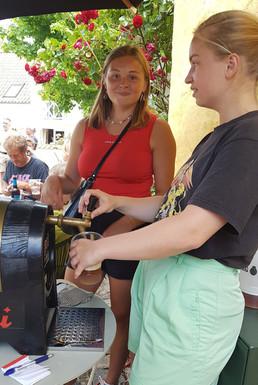 Marie og Amanda bestyrer fadølsbaren.jpg