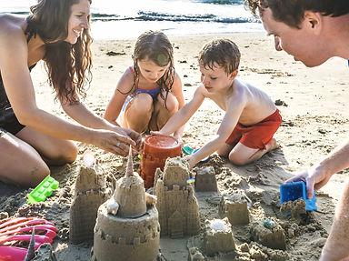 family-playing-on-the-beach-U97FYJL-min.