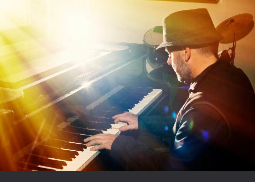 Piano player with a glare