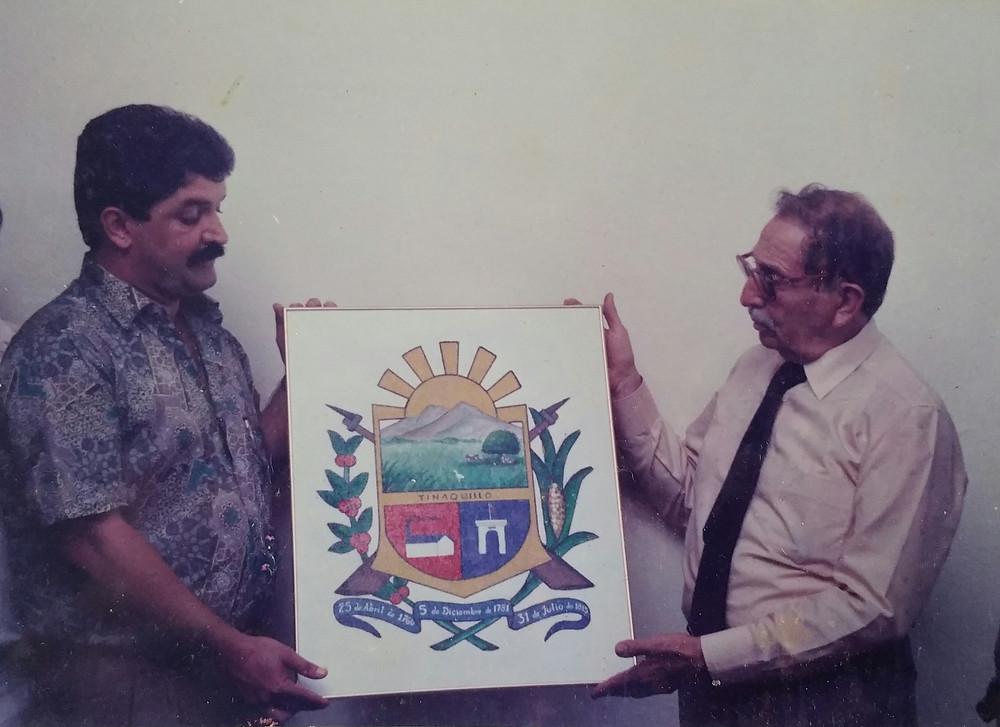 Alcalde de la ciudad de Tinaquillo Ing. Carlos Ortega, Cronista de la Ciudad Dr. José Ramon López Gómez, y Escudo de Tinaquillo.