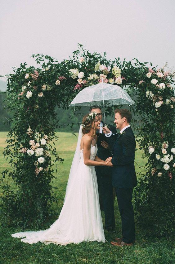 Soluzione per il matrimonio in caso di pioggia: cerimonia sotto la pioggia