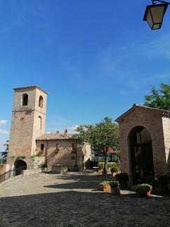 Montegridolfo veduta con campanile